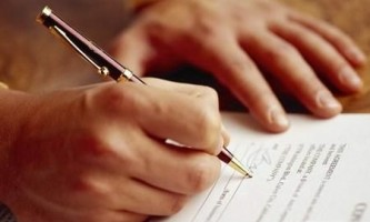 Чим відрізняється строковий трудовий договір від безстрокового трудового договору?