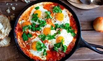 Як готувати яєчню з помідорами?