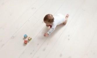 Як навчити дитину повзати?