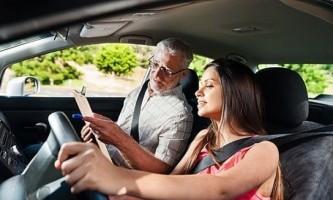 Як навчитися їздити на машині з нуля?