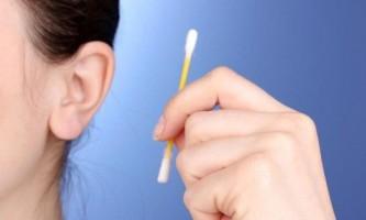 Як правильно чистити вуха людині?