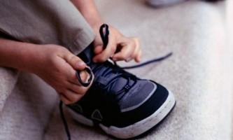 Як дитину навчити зав`язувати шнурки