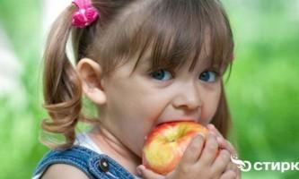 Як вивести плями від яблук і яблучного соку з одягу