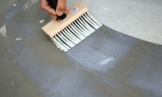 Нанесення грунтовки на підлогу