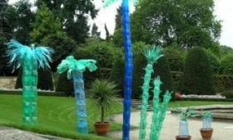 Озеро з лебедями і пальма з пластикових пляшок