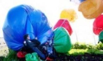 Перетнути куля на повітряних кульках