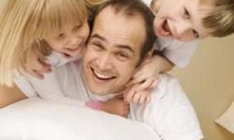Батьки щасливіше бездітних, стверджують вчені