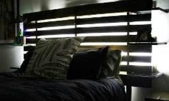 Спинка ліжка з полками, зроблена з дерев`яних піддонів